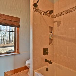 他の地域の中サイズのおしゃれな浴室 (家具調キャビネット、濃色木目調キャビネット、アルコーブ型浴槽、シャワー付き浴槽、分離型トイレ、緑の壁、ライムストーンの床、アンダーカウンター洗面器、大理石の洗面台、セラミックタイル、ベージュの床、シャワーカーテン、ベージュのカウンター) の写真