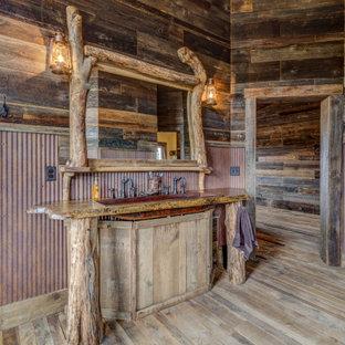 Ejemplo de cuarto de baño boiserie y madera, rural, boiserie y madera, con paredes marrones, suelo de madera en tonos medios, lavabo de seno grande, suelo marrón, encimeras marrones, boiserie y madera