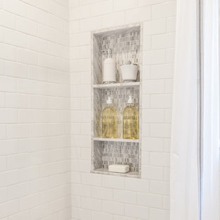 Kleines Klassisches Duschbad mit weißen Fliesen, Metrofliesen, grauer Wandfarbe, Mosaik-Bodenfliesen, Sockelwaschbecken und Marmor-Waschbecken/Waschtisch in Houston