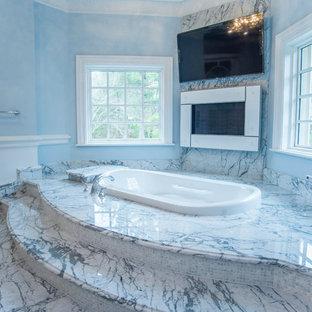 Idéer för att renovera ett stort vintage en-suite badrum, med vita skåp, en jacuzzi, en öppen dusch, en toalettstol med hel cisternkåpa, vit kakel, stenhäll, blå väggar, marmorgolv, ett nedsänkt handfat och marmorbänkskiva