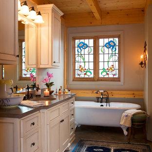 シャーロットの中サイズのラスティックスタイルのおしゃれなマスターバスルーム (アンダーカウンター洗面器、インセット扉のキャビネット、ベージュのキャビネット、置き型浴槽、茶色い壁、スレートの床、クオーツストーンの洗面台) の写真