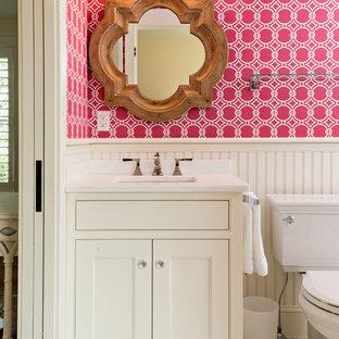 Foto di una piccola stanza da bagno padronale tradizionale con ante a filo, ante bianche, WC a due pezzi, pavimento in marmo, lavabo sottopiano, top in marmo, piastrelle bianche e pareti rosa