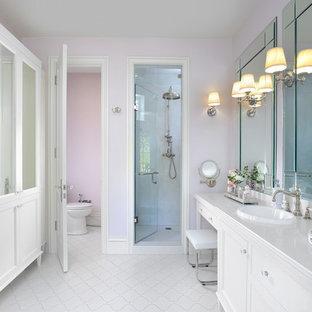Immagine di una grande stanza da bagno padronale chic con ante bianche, pareti rosa, lavabo da incasso, pavimento bianco, ante in stile shaker, vasca freestanding, WC monopezzo, top in quarzite, doccia alcova e porta doccia a battente