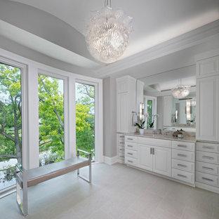 Пример оригинального дизайна интерьера: огромная главная ванная комната в стиле современная классика с фасадами с выступающей филенкой, белыми фасадами, серыми стенами, полом из травертина, врезной раковиной, мраморной столешницей, бежевым полом и розовой столешницей