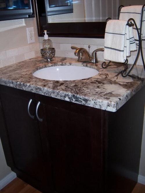 Piccola stanza da bagno con pavimento in laminato foto - Pavimento laminato in bagno ...