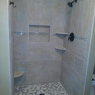 Exempel på ett mellanstort klassiskt en-suite badrum, med en dusch i en alkov, beige kakel, keramikplattor, beige väggar och med dusch som är öppen