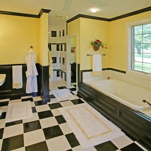Идея дизайна: ванная комната в стиле рустика с раковиной с пьедесталом и желтыми стенами
