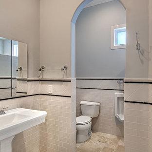 Klassisches Badezimmer En Suite mit Unterbauwaschbecken, Schrankfronten im Shaker-Stil, weißen Schränken, Marmor-Waschbecken/Waschtisch, freistehender Badewanne, Urinal, beigefarbenen Fliesen, Keramikfliesen, blauer Wandfarbe und Travertin in Miami