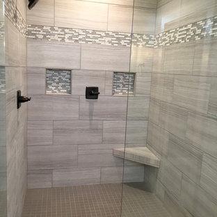 Imagen de cuarto de baño de estilo americano, grande, con ducha empotrada