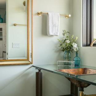 Modelo de cuarto de baño con ducha, actual, pequeño, con lavabo encastrado, armarios abiertos, encimera de vidrio, ducha abierta, sanitario de una pieza, paredes verdes y suelo de madera clara