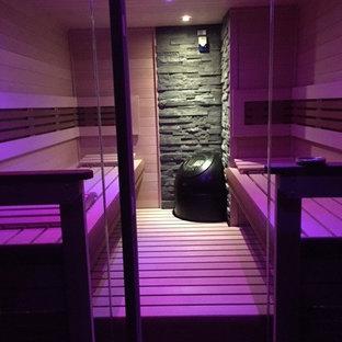 Immagine di una grande sauna scandinava con zona vasca/doccia separata, parquet chiaro, pavimento beige, pareti marroni e porta doccia a battente