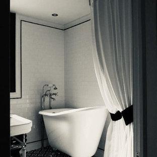 Esempio di una piccola stanza da bagno con doccia contemporanea con vasca con piedi a zampa di leone, doccia ad angolo, pistrelle in bianco e nero, piastrelle in gres porcellanato, doccia con tenda e top multicolore