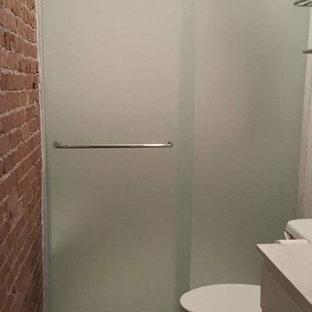 Esempio di una piccola stanza da bagno padronale industriale con ante con riquadro incassato, ante bianche, doccia alcova, WC a due pezzi, piastrelle bianche, lastra di pietra, pareti rosse, pavimento in vinile e top in quarzite