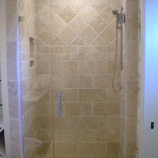 Foto di una stanza da bagno padronale rustica di medie dimensioni con doccia alcova, nessun'anta, ante bianche, piastrelle beige, piastrelle in ceramica, pareti beige e pavimento in mattoni