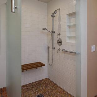 Свежая идея для дизайна: большая главная ванная комната в классическом стиле с фасадами с выступающей филенкой, белыми фасадами, душем в нише, белой плиткой, керамогранитной плиткой, красными стенами, полом из терракотовой плитки, врезной раковиной, столешницей из гранита, красным полом и открытым душем - отличное фото интерьера