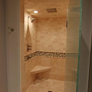 Immagine di una grande stanza da bagno padronale tradizionale con ante a filo, ante beige, doccia alcova, WC a due pezzi, piastrelle grigie, piastrelle in travertino, pareti grigie, pavimento in travertino, lavabo sottopiano, top in granito, pavimento beige e porta doccia a battente