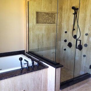 Ispirazione per una grande stanza da bagno padronale minimal con vasca da incasso, doccia alcova, piastrelle beige, piastrelle in gres porcellanato, pareti beige, pavimento in gres porcellanato, pavimento beige e porta doccia a battente