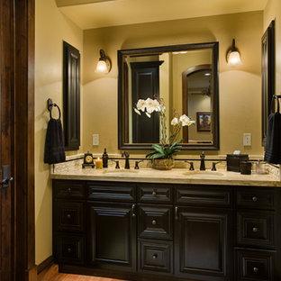 Идея дизайна: огромная главная ванная комната в стиле рустика с фасадами с выступающей филенкой, темными деревянными фасадами, накладной ванной, открытым душем, унитазом-моноблоком, бежевой плиткой, керамической плиткой, бежевыми стенами, темным паркетным полом, врезной раковиной и столешницей из гранита