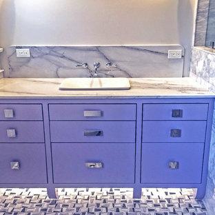 Ejemplo de cuarto de baño principal, de tamaño medio, con puertas de armario violetas, encimera de mármol y encimeras grises