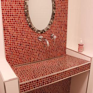 Idee per una stanza da bagno minimal di medie dimensioni con piastrelle rosse, lastra di vetro, pareti rosse, pavimento in gres porcellanato, lavabo rettangolare, top piastrellato e pavimento grigio