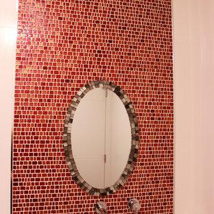 Idee per una stanza da bagno design di medie dimensioni con piastrelle rosse, lastra di vetro, pareti rosse, pavimento in gres porcellanato, top piastrellato e pavimento grigio