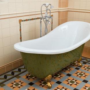 Idéer för ett mellanstort retro en-suite badrum, med ett badkar med tassar, beige kakel, orange kakel, keramikplattor, beige väggar och orange golv