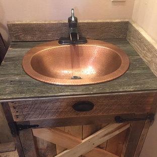 Свежая идея для дизайна: ванная комната в стиле кантри с фасадами цвета дерева среднего тона, накладной раковиной и столешницей из цинка - отличное фото интерьера