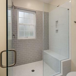 На фото: главные ванные комнаты среднего размера в стиле современная классика с душем в нише, унитазом-моноблоком, серой плиткой, плиткой кабанчик, бежевыми стенами и полом из линолеума