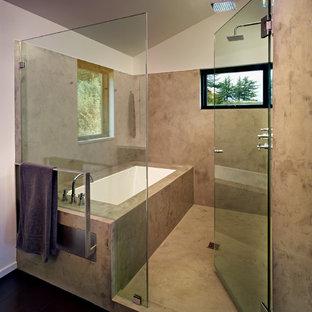 Modern inredning av ett mellanstort en-suite badrum, med en dusch/badkar-kombination, ett undermonterat badkar, grå väggar och ett undermonterad handfat