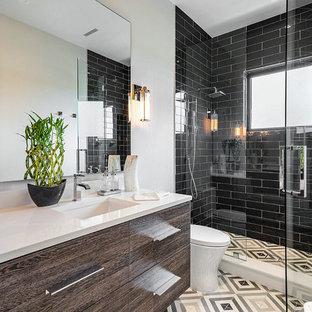 Esempio di una stanza da bagno con doccia stile marino con ante lisce, ante marroni, doccia alcova, piastrelle nere, piastrelle diamantate, pareti bianche, lavabo sottopiano, pavimento multicolore, porta doccia a battente e top bianco