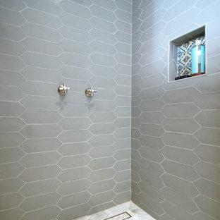 На фото: главные ванные комнаты среднего размера в современном стиле с ванной на ножках, открытым душем, белой плиткой, керамогранитной плиткой, белыми стенами, мраморным полом, врезной раковиной, белым полом, открытым душем, плоскими фасадами, светлыми деревянными фасадами, столешницей из дерева и коричневой столешницей