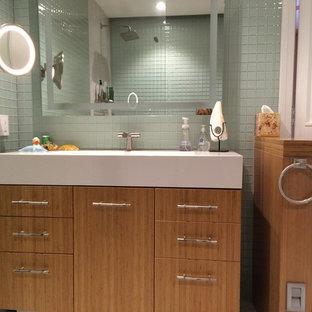 Ispirazione per una stanza da bagno padronale etnica di medie dimensioni con ante lisce, ante in legno scuro, doccia aperta, WC monopezzo, piastrelle verdi, piastrelle di vetro, pareti verdi, pavimento in marmo e lavabo a consolle