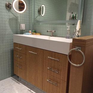 サンフランシスコの中くらいのアジアンスタイルのおしゃれなマスターバスルーム (中間色木目調キャビネット、オープン型シャワー、一体型トイレ、緑のタイル、ガラスタイル、緑の壁、大理石の床、コンソール型シンク、珪岩の洗面台) の写真