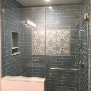 Kleines Klassisches Badezimmer En Suite mit offener Dusche, farbigen Fliesen, Glasfliesen und weißer Wandfarbe in Orange County