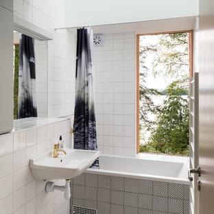 Bild på ett mellanstort funkis badrum med dusch, med ett platsbyggt badkar, en dusch/badkar-kombination, vit kakel, porslinskakel, vita väggar, ett väggmonterat handfat och flerfärgat golv