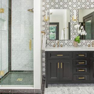Klassisk inredning av ett mellanstort vit vitt badrum med dusch, med möbel-liknande, svarta skåp, en dusch i en alkov, svart och vit kakel, marmorkakel, vita väggar, marmorgolv, ett undermonterad handfat, bänkskiva i kvarts, vitt golv och dusch med gångjärnsdörr