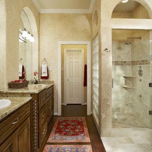 Diseño de cuarto de baño tradicional con lavabo encastrado, puertas de armario de madera en tonos medios y ducha empotrada