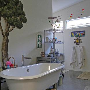 Esempio di una stanza da bagno industriale