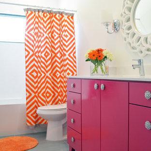Foto di una stanza da bagno minimal con ante lisce, vasca ad alcova e pareti bianche