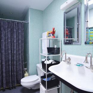 Modelo de cuarto de baño infantil, retro, con lavabo de seno grande, bañera empotrada, combinación de ducha y bañera, baldosas y/o azulejos azules y baldosas y/o azulejos en mosaico