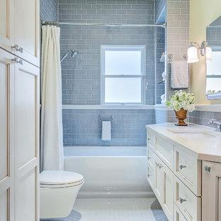 Свежая идея для дизайна: маленькая ванная комната в стиле современная классика с врезной раковиной, фасадами с утопленной филенкой, белыми фасадами, столешницей из искусственного кварца, ванной в нише, душем над ванной, инсталляцией, серой плиткой, керамической плиткой, белыми стенами и полом из керамической плитки - отличное фото интерьера