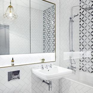 Modernes Badezimmer mit Einbaubadewanne, Duschbadewanne, Wandtoilette, schwarz-weißen Fliesen, bunten Wänden und Wandwaschbecken in London
