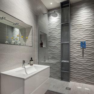 Modern inredning av ett mellanstort en-suite badrum, med grå kakel, porslinskakel, en öppen dusch, ett integrerad handfat, släta luckor, vita skåp och med dusch som är öppen