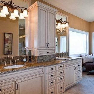 Modelo de cuarto de baño principal, tradicional, de tamaño medio, con encimera de granito, armarios con paneles empotrados, puertas de armario beige y lavabo bajoencimera