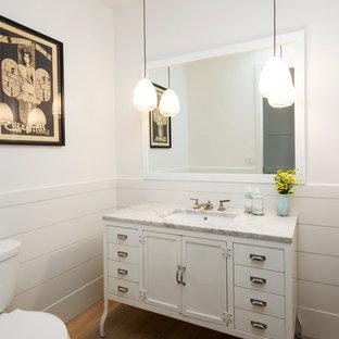 ロサンゼルスのトランジショナルスタイルのおしゃれな浴室 (アンダーカウンター洗面器、落し込みパネル扉のキャビネット、白いキャビネット、分離型トイレ) の写真