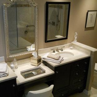 Foto de cuarto de baño clásico con armarios con paneles con relieve, puertas de armario de madera oscura, bañera empotrada, ducha esquinera, baldosas y/o azulejos beige, baldosas y/o azulejos de porcelana, paredes beige, suelo de linóleo y encimera de laminado