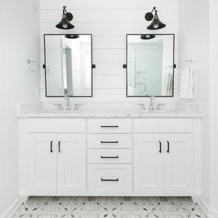 Exempel på ett mellanstort lantligt en-suite badrum, med vita skåp, ett fristående badkar, vit kakel, keramikplattor, vita väggar, cementgolv, ett undermonterad handfat, grått golv och dusch med gångjärnsdörr