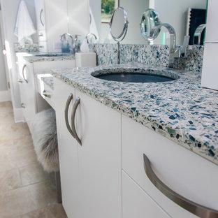 Diseño de cuarto de baño principal, contemporáneo, de tamaño medio, con lavabo encastrado, armarios con paneles lisos, puertas de armario blancas, encimera de vidrio reciclado, ducha abierta, baldosas y/o azulejos beige, baldosas y/o azulejos de cerámica, paredes grises, suelo de baldosas de porcelana y suelo beige