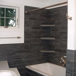 ニューヨークの小さいおしゃれなバスルーム (浴槽なし) (シャワー付き浴槽、磁器タイル、白い壁、オーバーカウンターシンク、アルコーブ型浴槽、グレーのタイル、珪岩の洗面台、シャワーカーテン) の写真