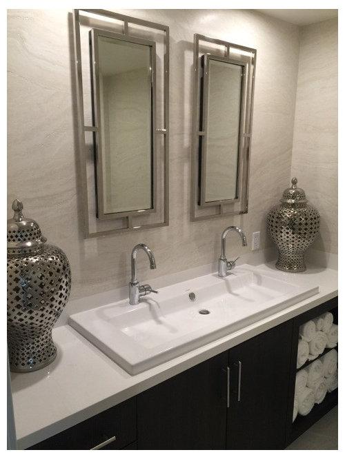 Salle de bain avec un sol en travertin et des carreaux en for Taille moyenne salle de bain